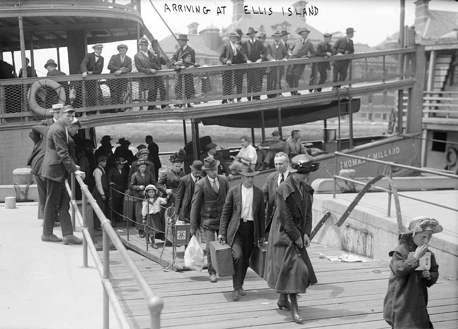 european-immigrants-disembarking-everett